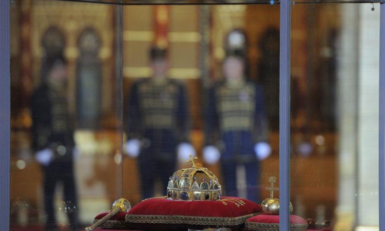 A Szent Korona és más koronázási jelvények kiállító vitrinben a Parlament épületében (Követségi fotó: Németh Attila)