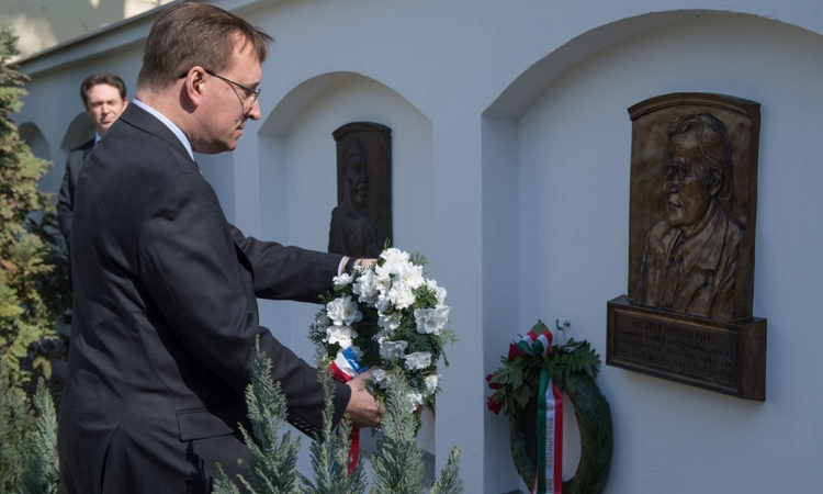 Chargé Kostelancik, holding a wreath, approaches Reverend Billy Graham's memorial plaque. (Embassy photo by Attila Németh)