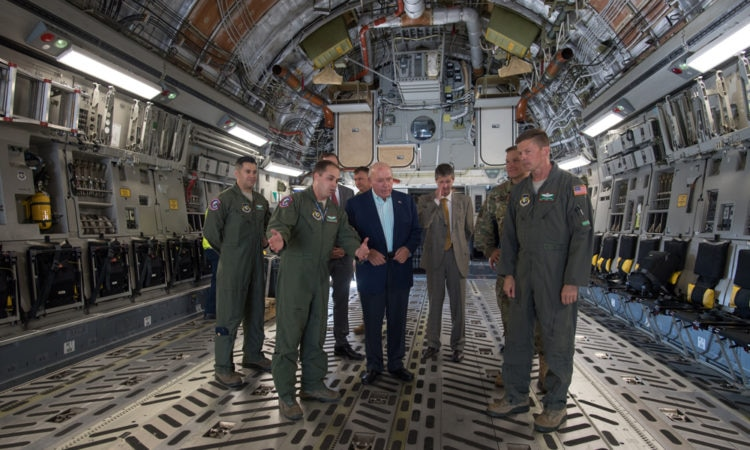 Cornstein nagykövet egy C-17-es repülőgép belsejében