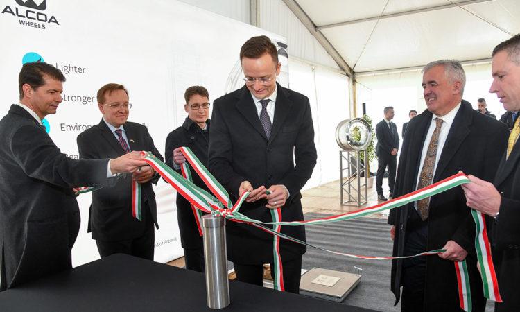 Az ünnepély díszvendégei magyar nemzeti színű szalagot tartanak. (fotó: Kis László, az Arconic jóvoltából)